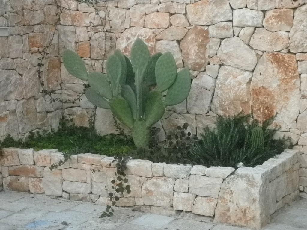 Muro a secco con aiuola for Aiuole in pietra